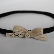Zwart haarbandje met kanten strikje
