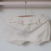 Ruffled baby shorts creme