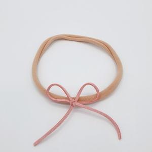 Zalmroze haarbandje met roze veterstrik