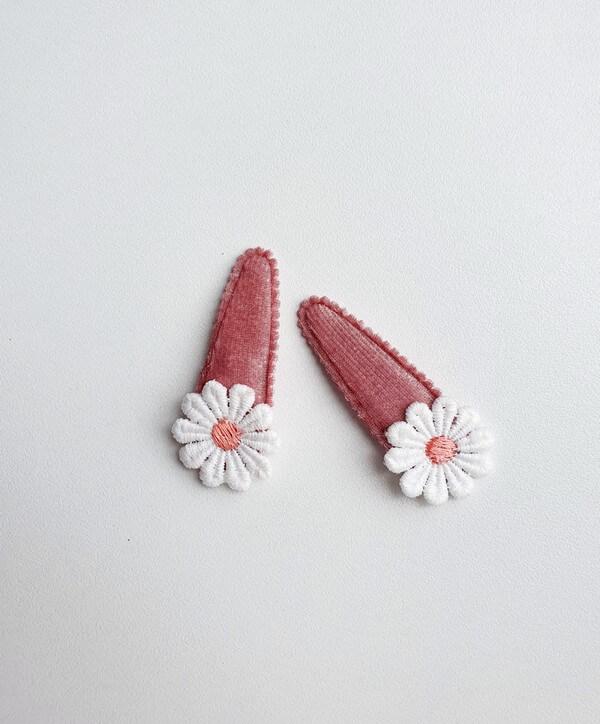 Setje roze velvet haarspeldjes madeliefjes